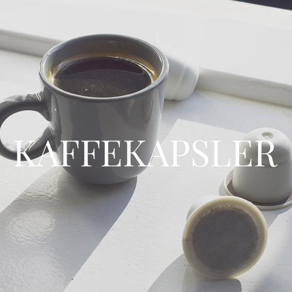 En kop kaffe ved siden af tre kaffekapsler